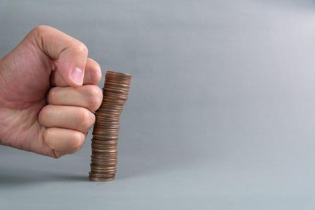Steek met de hand de toenemende kolommen met munten