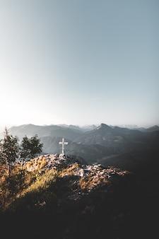 Steek over op de top van een berg