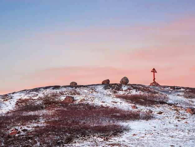 Steek over op het kola-schiereiland, koude dageraad in teriberka. balanceren rock op de arctische heuvel. verbazingwekkend van de natuur.