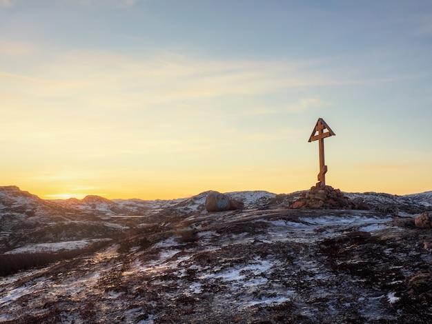 Steek over op het kola-schiereiland, koude dageraad in teriberka.