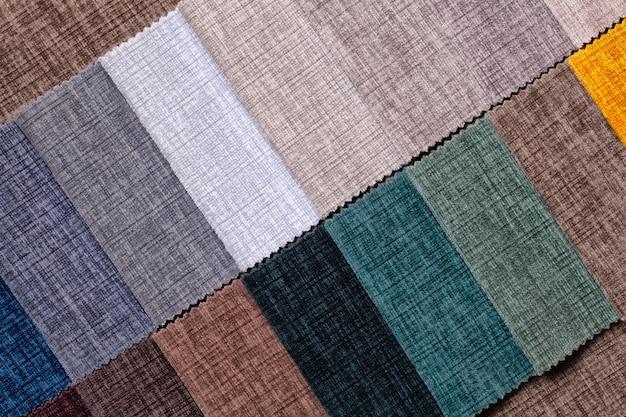 Steekproef van fluweel en velours textiel verschillende kleuren, achtergrond. catalogus en staal toon van stof voor meubels, close-up.