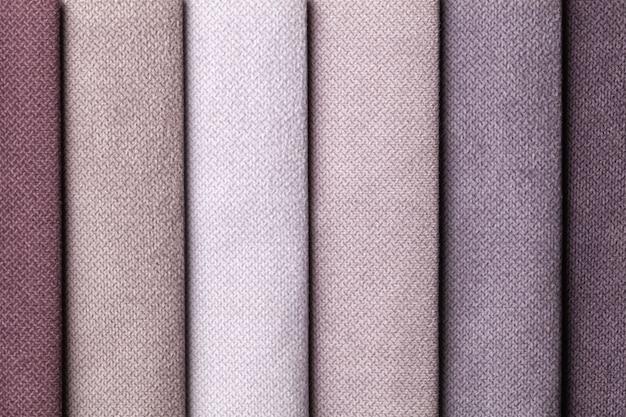 Steekproef van fluweel textiel bruine en grijze kleuren, achtergrond. catalogus en palettoon van interieurstof voor meubels, close-up. verzameling van veelkleurige doek.