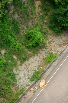 Steen die van een rots brak viel op de weg