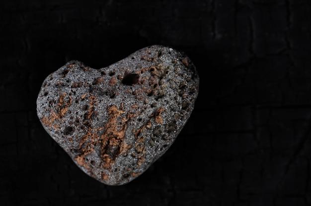 Steen in de vorm van een hart op een zwarte achtergrond