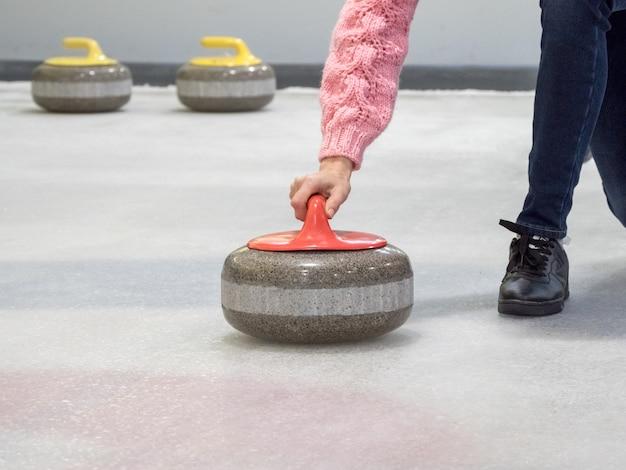 Steen voor curling op ijs van een indoor ijsbaan
