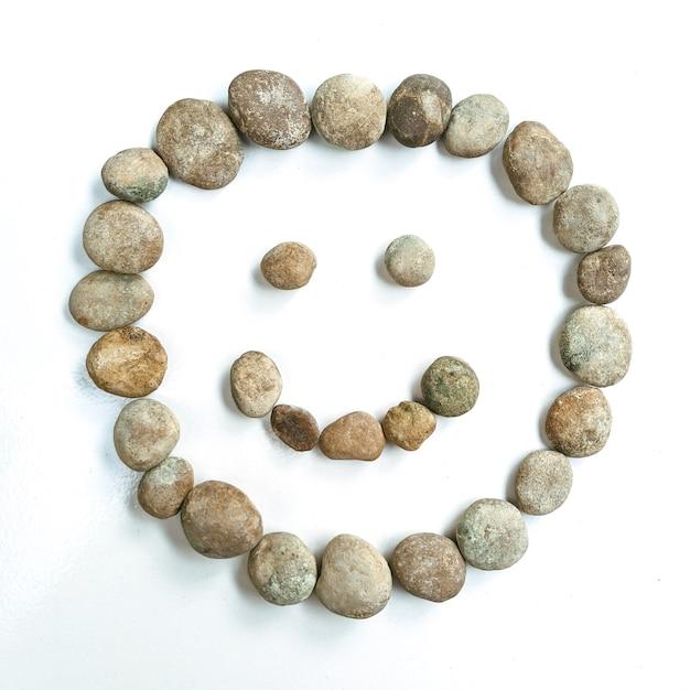 Steen vormt een lachgezicht creatief idee geestelijke gezondheid wereld lachdag