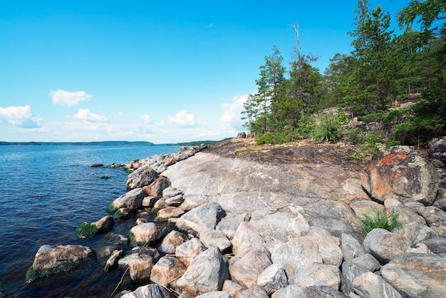 Steenachtige kust van het eiland op meer