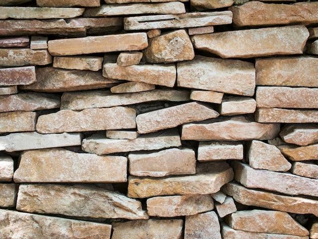 Steenfragmenten op de muur verzegeld met cementmortel