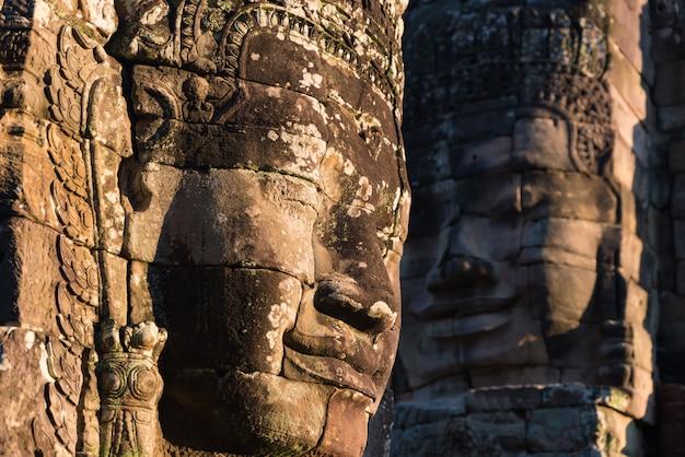 Steengezichten in bayon, de tempel van angkor thom