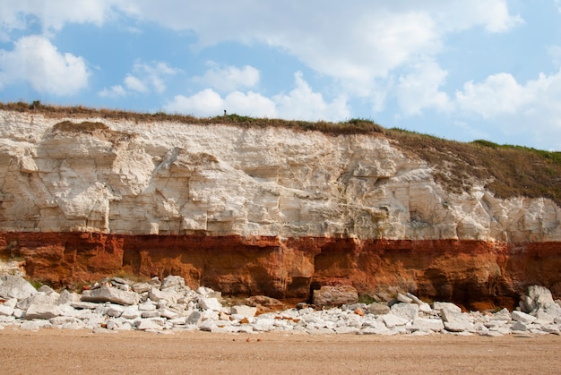 Steengroeve witte stenen dichtbij strand. ongelooflijke rotsformaties.