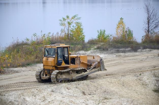 Steengroeveaggregaat met zware machines. caterpillar lader graafmachine met backhoe rijden naar bouwplaats steengroeve