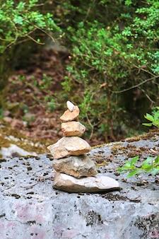 Steenhoop. balancerende stenen, zen, natuur, gestapelde rotsen