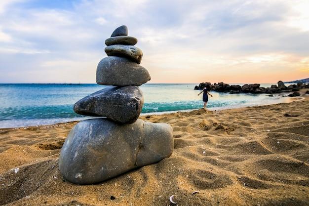 Steenhoop bij het strand, concept saldo