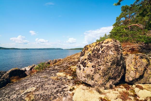 Steenkeien op de kust van het eiland op meer