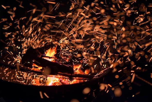 Steenkolen en vlammen van een barbacue
