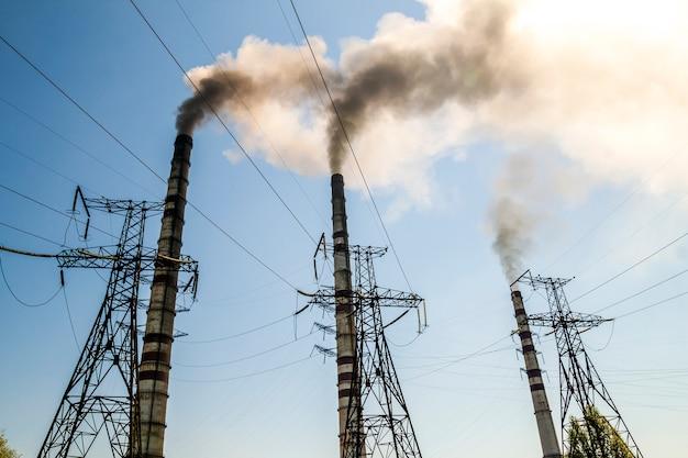 Steenkool brandende industriële elektrische centrale met rookstapels. vuile rook aan de hemel, ecologieproblemen.