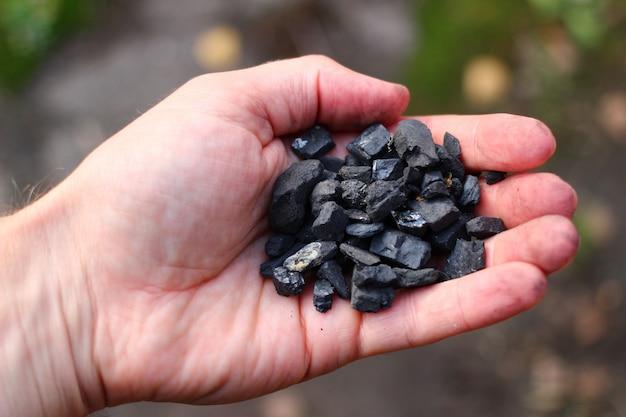 Steenkool in de handclose-up