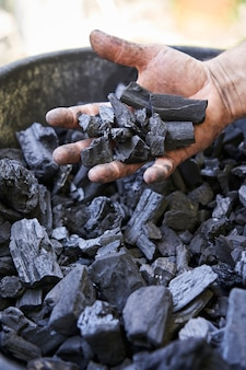 Steenkool in handen van de mijnwerker