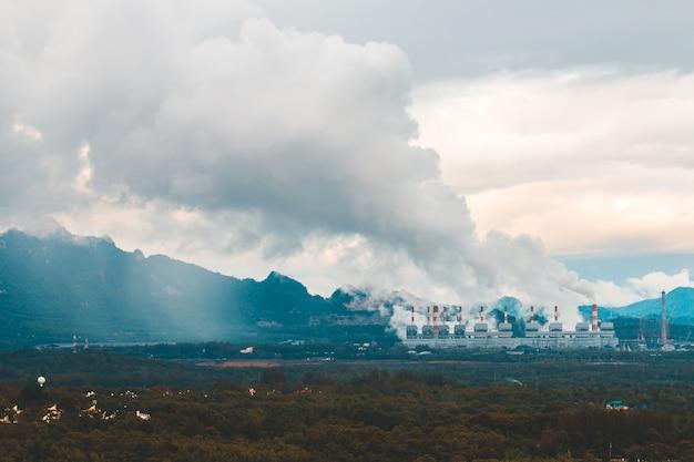 Steenkoolelektrische centrale in lampang, thailand.
