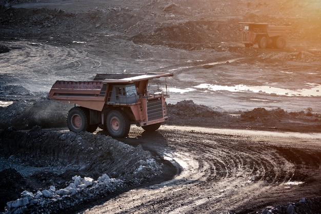 Steenkoolvoorbereidingsinstallatie. grote mijnbouwvrachtwagen bij het vervoer van de werkplaatskool