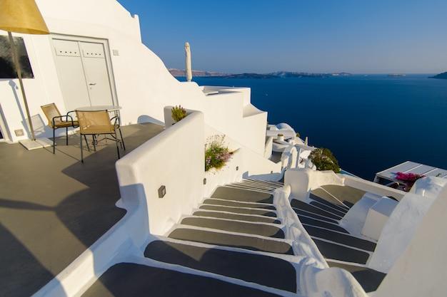 Steenworp afstand van een hotelkamer met uitzicht op de zee en de stad oia, santorini.