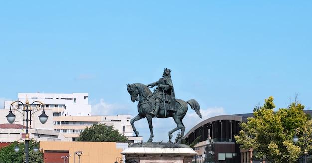 Stefan cel mare-standbeeld voor paleis van cultuur bij daglicht