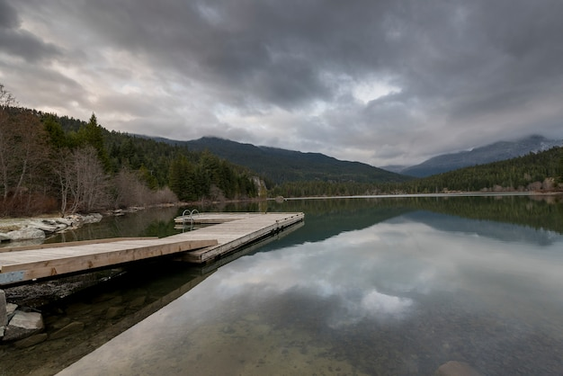 Steiger bij meer, whistler, brits colombia, canada