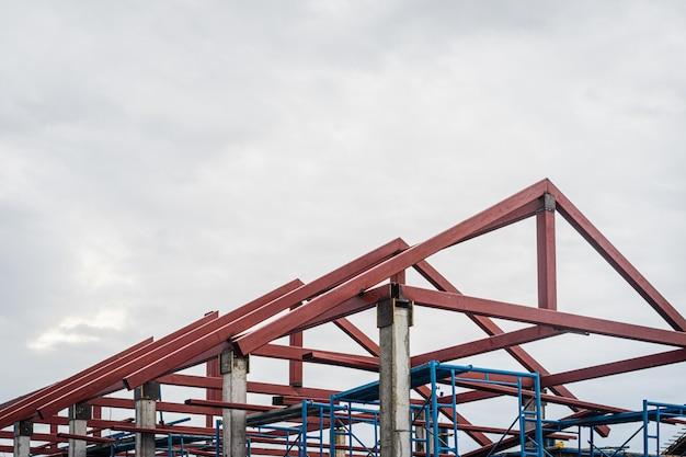Steiger op huis, renovatie. steiger bij het bouwen met dakstructuur.