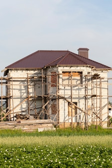Steigers bij een woonhuis van gassilicaatblokken