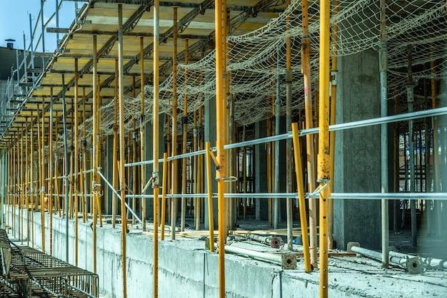 Steigers die de concrete pijlersbekisting van sommige gebouwen in aanbouw houden.