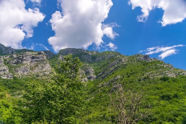 Steile berghellingen in de canyons langs de rivier de moraca.