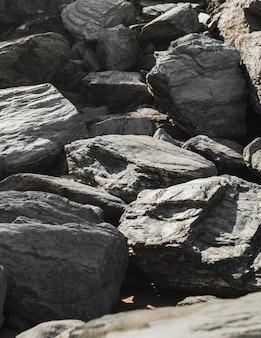 Steile stenen op elkaar gestapeld onder de zon