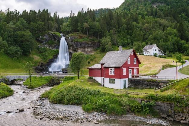 Steinsdalsfossen - watervallen in noorwegen