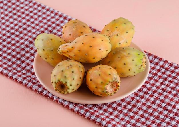 Stekelige peren in een plaat op picknickdoek