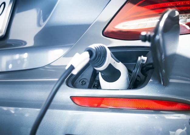 Stekker van de elektrische auto-oplader voor groene batterijvoeding