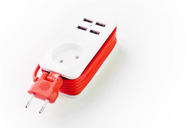 Stekkerdoos met usb-poort op wit voor het opladen van telefoons en elektronische apparaten