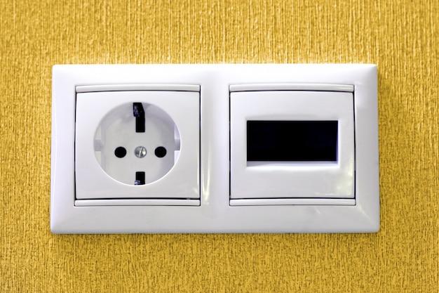 Stekkers in elektrische en telefoon stopcontact.