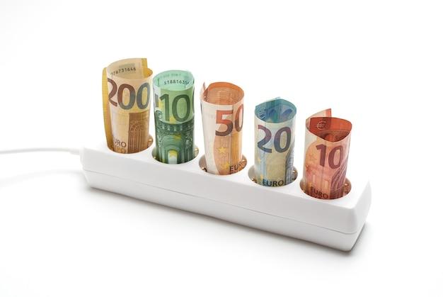 Stekkerstrip met bankbiljetten op witte achtergrond, concept voor elektrische energie