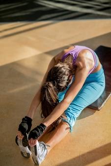Stel doelen. een sterk koppel dat traint in een sportschool. man helpt meisje met crunches.