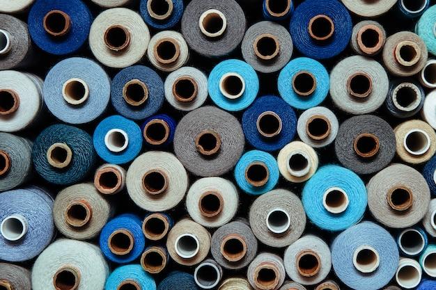 Stel draden in verschillende kleuren naaihandwerk verschillend veelkleurig palet blauw lila zwart helder koud schaduw grijs