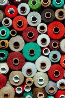 Stel draden verschillende kleuren naaien handwerk verschillende veelkleurige palet warm rood helder groen bruin beige
