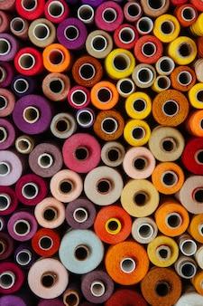 Stel draden verschillende kleuren naaien handwerk verschillende veelkleurige palet warm rood oranje geel helder