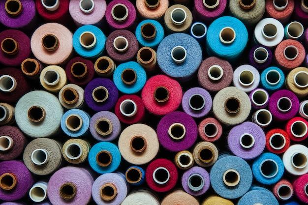 Stel draden verschillende kleuren naaien handwerk verschillende veelkleurige palet