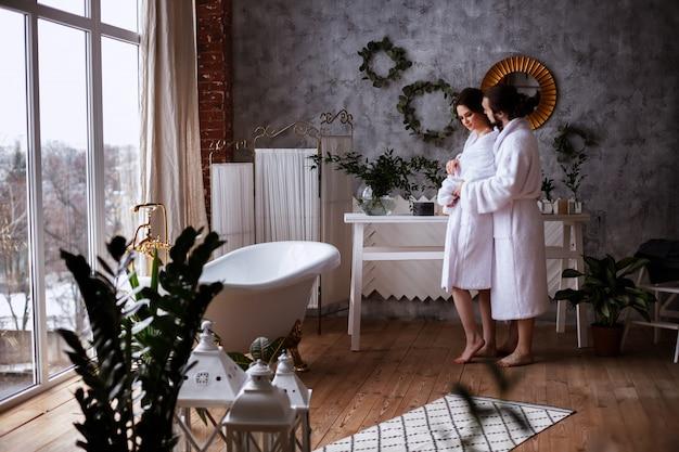 Stel in badjassen in de badkamer