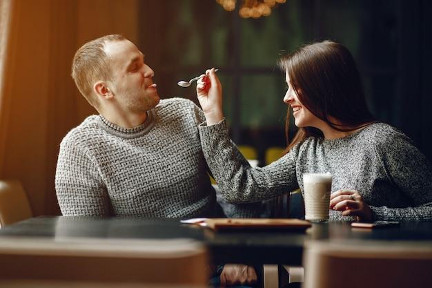 Stel in een café