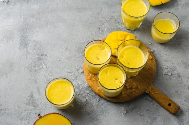 Stel indiase populaire zomerdranken mango lassi of yoghurt geserveerd in glas