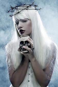 Stel je een mooie engelachtige langharige vrouw met een schedel voor