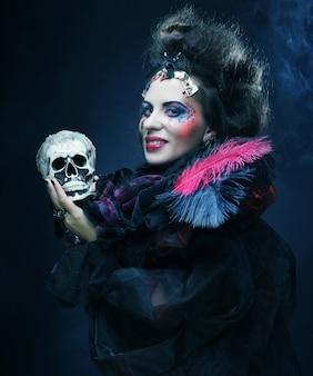 Stel je een mooie fantasievrouw met schedel voor.