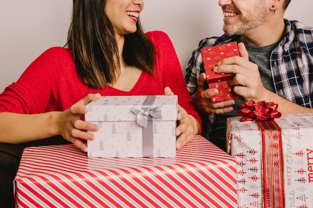 Stel met cadeaus