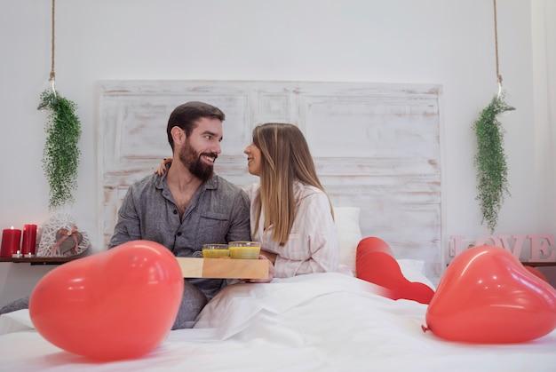 Stel met romantisch ontbijt op dienblad